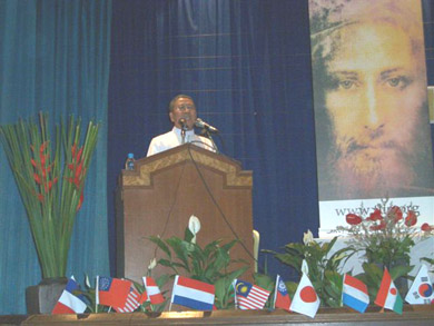 Fr. Joseph Wichitr Likhittham introduced Vassula to the audience of 500 people
